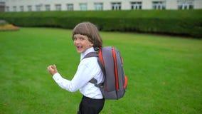Uśmiechniętej chłopiec uczniowski uczeń z plecakiem iść outdoors i biega szkoła, stopnia uczeń, prasmoła zbiory
