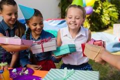 Uśmiechniętej dziewczyny odbiorczy prezenty od przyjaciół Zdjęcie Stock