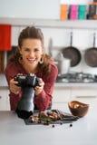 Uśmiechniętej kobiety karmowy fotograf przyglądający up od jedzenia Obraz Stock