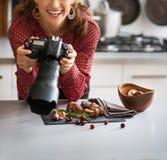 Uśmiechniętej kobiety karmowy fotograf przyglądający up od jedzenia Obraz Royalty Free