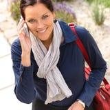 Uśmiechniętej kobiety opowiada telefon dzwoni elegancja bizneswomanu zdjęcie royalty free