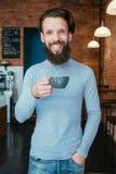 Uśmiechniętej mężczyzny sklepu z kawą filiżanki kofeiny energetyczny zwiększenie fotografia royalty free