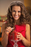 Uśmiechniętej młodej gospodyni domowej oświetleniowa świeczka w kuchni Obrazy Royalty Free
