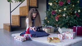 Uśmiechniętej małej dziewczynki przegląda fotografie na cyfrowej kamerze zdjęcie wideo