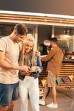 Uśmiechniętej pary czytelniczy menu zdjęcia royalty free