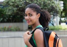 Uśmiechnięty łaciński żeński uczeń z torbą w mieście Obraz Royalty Free