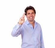 Uśmiechnięty łaciński mężczyzna krzyżuje jego dotyka zdjęcia stock