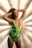 Uśmiechnięty świetlicowy tancerz pozuje pod neonowymi światłami Zdjęcie Royalty Free