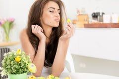Uśmiechnięty żeński całujący troszkę dziecka Easter kurczaka obrazy royalty free