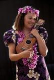 Uśmiechnięty żeński Hawajski dziewczyna taniec, śpiew z instrumentami muzycznymi i lubimy ukulele obraz stock