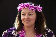 Uśmiechnięty żeński Hawajski dziewczyna taniec, śpiew z instrumentami muzycznymi i lubimy ukulele zdjęcia royalty free
