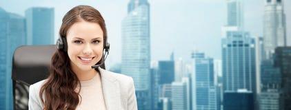 Uśmiechnięty żeński helpline operator z słuchawki zdjęcia stock