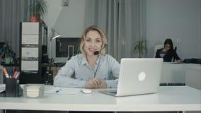 Uśmiechnięty żeński konsultant przedstawia firm usługa z słuchawki zdjęcie royalty free