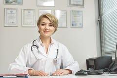 Uśmiechnięty żeński medico robi jej pracie Zdjęcie Stock
