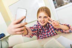 Uśmiechnięty żeński nastolatek w sala lekcyjnej Fotografia Stock