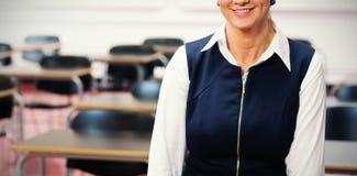 Uśmiechnięty żeński nauczyciel w klasowym pokoju obrazy royalty free