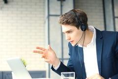 Uśmiechnięty życzliwy przystojny młody męski centrum telefoniczne operator Fotografia Stock