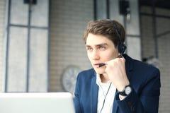 Uśmiechnięty życzliwy przystojny młody męski centrum telefoniczne operator Zdjęcia Royalty Free