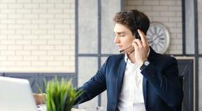 Uśmiechnięty życzliwy przystojny młody męski centrum telefoniczne operator Zdjęcia Stock