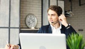 Uśmiechnięty życzliwy przystojny młody męski centrum telefoniczne operator Zdjęcie Royalty Free
