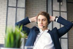 Uśmiechnięty życzliwy przystojny młody męski centrum telefoniczne operator Obraz Royalty Free