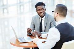 Uśmiechnięty Afrykański biznesmena spotkanie z partnerem Obraz Stock