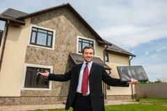 Uśmiechnięty agent nieruchomości przygotowywający sprzedawać dom Obraz Royalty Free
