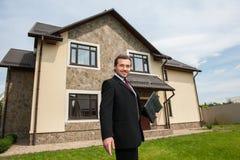 Uśmiechnięty agent nieruchomości przygotowywający sprzedawać dom Obraz Stock