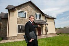 Uśmiechnięty agent nieruchomości przygotowywający sprzedawać dom Obrazy Stock