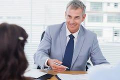 Uśmiechnięty agent nieruchomości uzupełnia kontrakt z parą Obraz Royalty Free