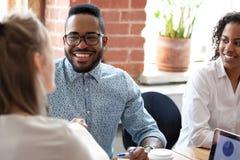 Uśmiechnięty amerykanin afrykańskiego pochodzenia biznesmen przy firmy spotkaniem obrazy royalty free