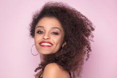 Uśmiechnięty amerykanin afrykańskiego pochodzenia dziewczyny pozować Obrazy Royalty Free