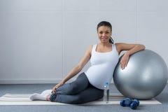 uśmiechnięty amerykanina afrykańskiego pochodzenia kobieta w ciąży fotografia stock