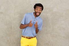Uśmiechnięty amerykanina afrykańskiego pochodzenia mężczyzna z oba aprobatami obrazy royalty free