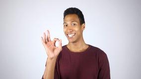 Uśmiechnięty amerykanina mężczyzna seansu znak OK, Docenia sukces, gest fotografia stock
