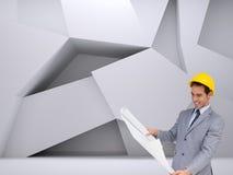 Uśmiechnięty architekt patrzeje plany z ciężkim kapeluszem Zdjęcia Royalty Free
