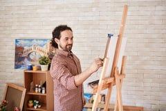 Uśmiechnięty artysty rysunku obrazek w sztuki studiu obrazy stock