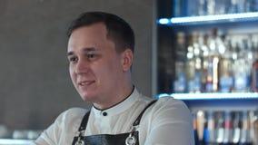 Uśmiechnięty atrakcyjny młody barman opowiada klient Obrazy Royalty Free