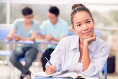 Uśmiechnięty Azjatycki żeński uczeń obraz stock