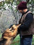 Uśmiechnięty Azjatycki mężczyzna z psem Fotografia Stock