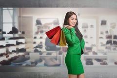 Uśmiechnięty azjatykci biznesowy żeński mienia torba na zakupy Zdjęcie Royalty Free