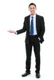 Uśmiechnięty azjatykci biznesowy mężczyzna przedstawia pustą przestrzeń Zdjęcia Stock