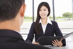 Uśmiechnięty bizneswoman przeprowadza wywiad z biznesmenem Zdjęcie Stock