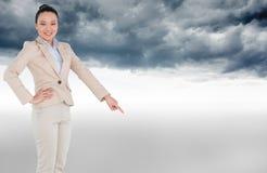 Uśmiechnięty azjatykci bizneswomanu wskazywać Fotografia Royalty Free