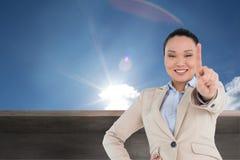 Uśmiechnięty azjatykci bizneswomanu wskazywać Fotografia Stock