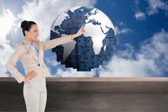 Uśmiechnięty azjatykci bizneswomanu wskazywać Obrazy Stock