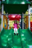 Uśmiechnięty azjatykci małej dziewczynki obsiadania obruszenie Zdjęcie Royalty Free