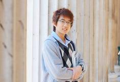 Uśmiechnięty azjatykci uczeń outdoors Zdjęcia Royalty Free