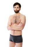 Uśmiechnięty bez koszuli mężczyzna z fałdowymi rękami Zdjęcia Royalty Free