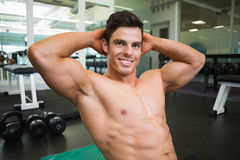 Uśmiechnięty bez koszuli mięśniowy mężczyzna w gym Obrazy Stock